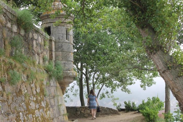 Mujer Rubia en el Castillo