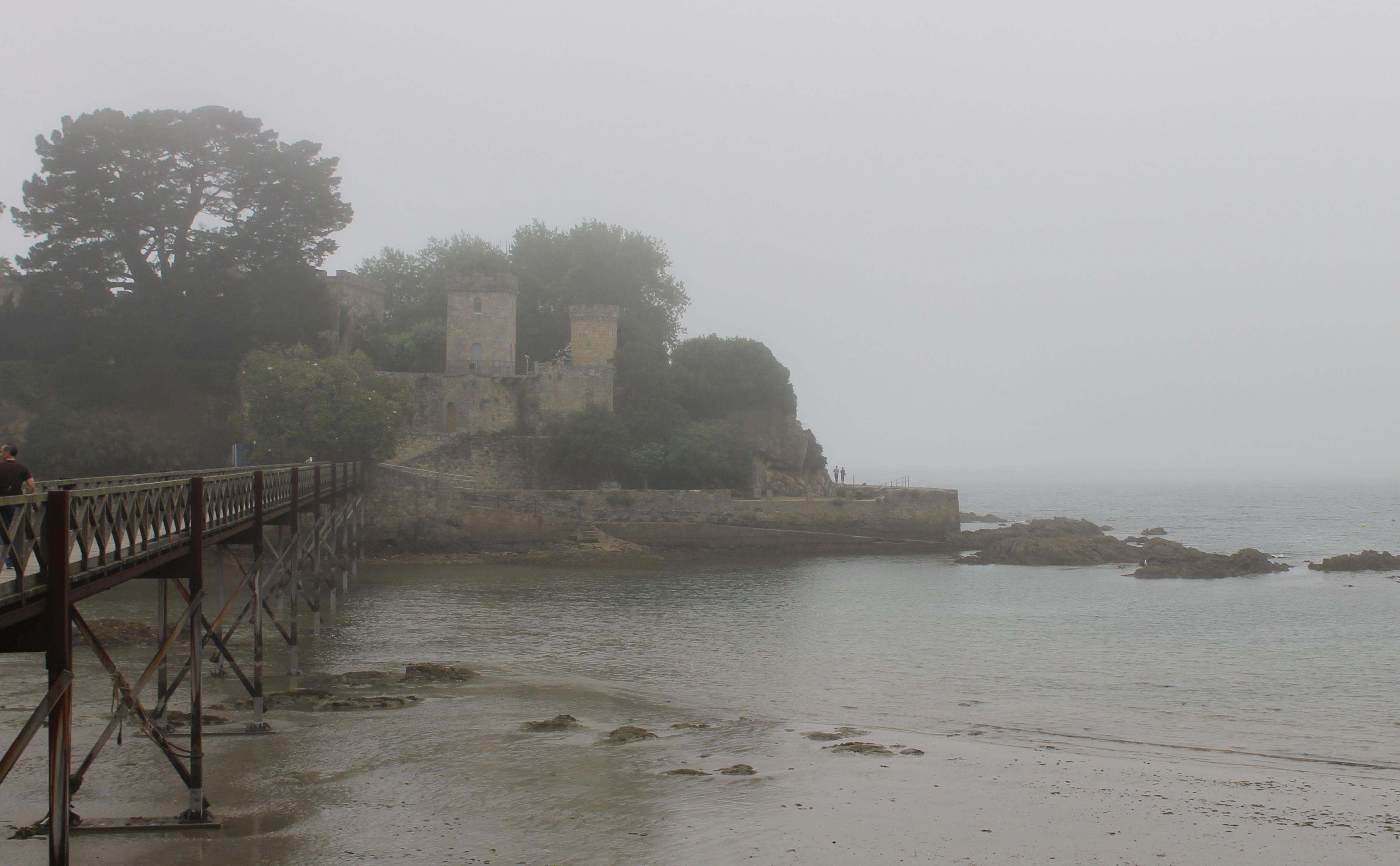 Puente y Castillo de Santa Cruz de Oleiros en Galicia
